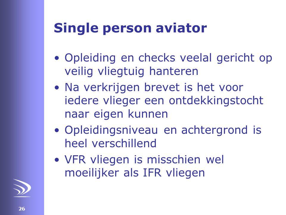 Single person aviator Opleiding en checks veelal gericht op veilig vliegtuig hanteren.
