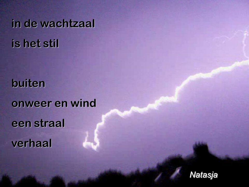 in de wachtzaal is het stil buiten onweer en wind een straal verhaal