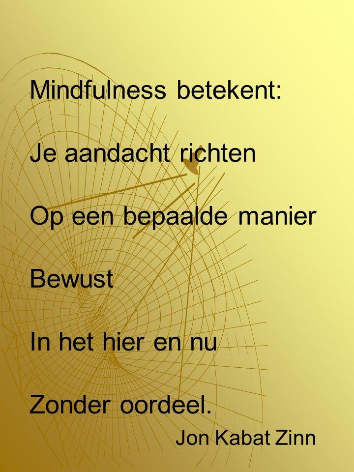Mindfulness betekent: Je aandacht richten Op een bepaalde manier Bewust In het hier en nu Zonder oordeel.