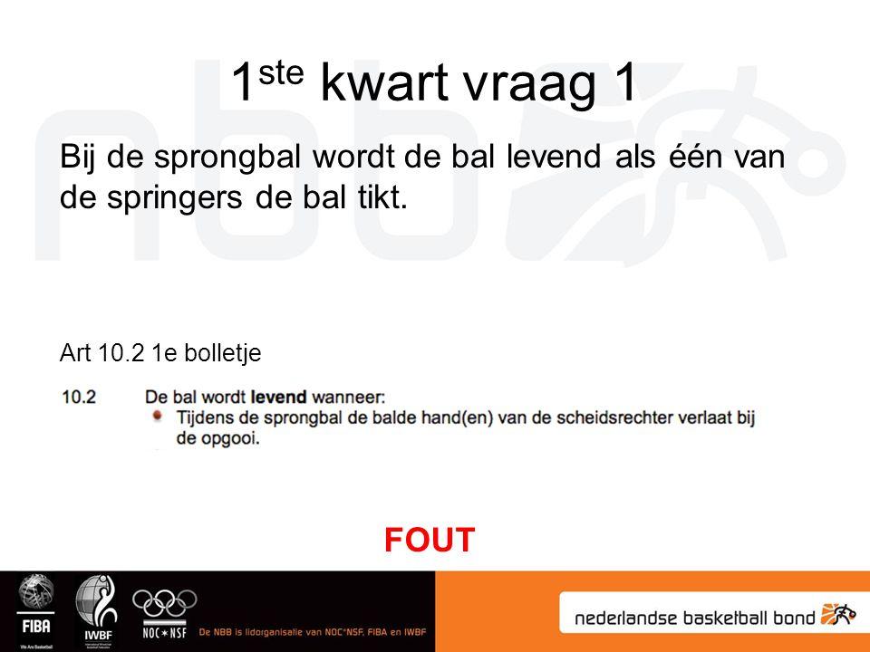 1ste kwart vraag 1 Bij de sprongbal wordt de bal levend als één van de springers de bal tikt. Art 10.2 1e bolletje.