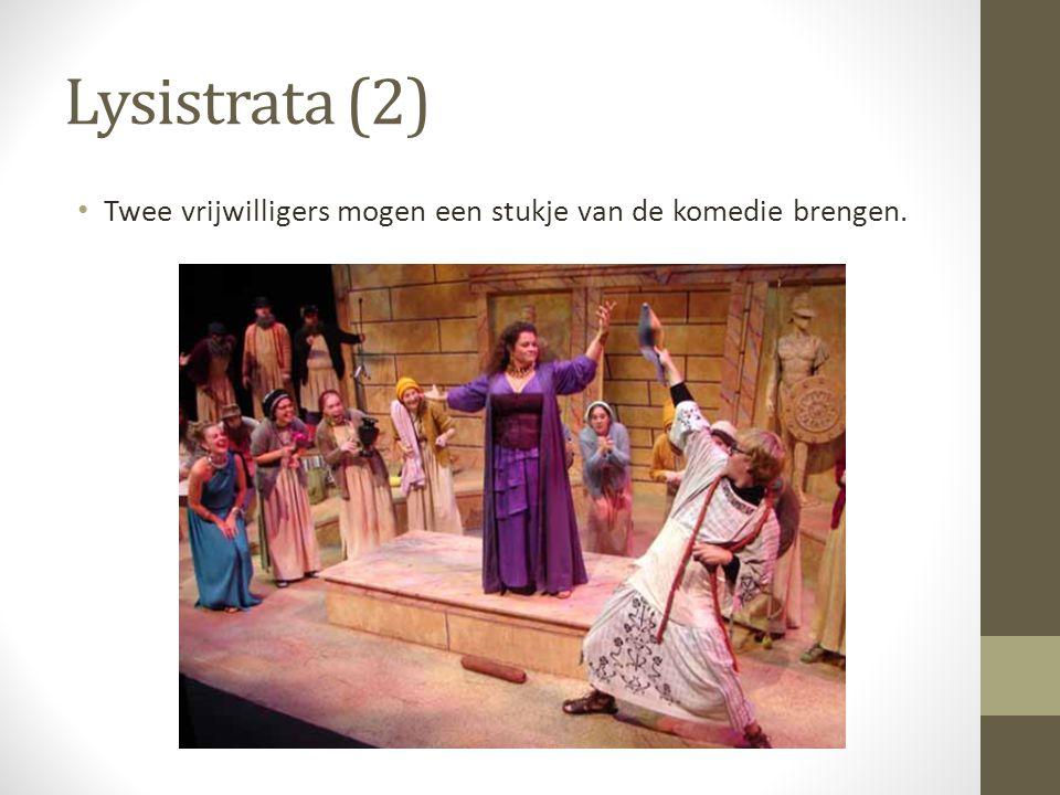 Lysistrata (2) Twee vrijwilligers mogen een stukje van de komedie brengen.
