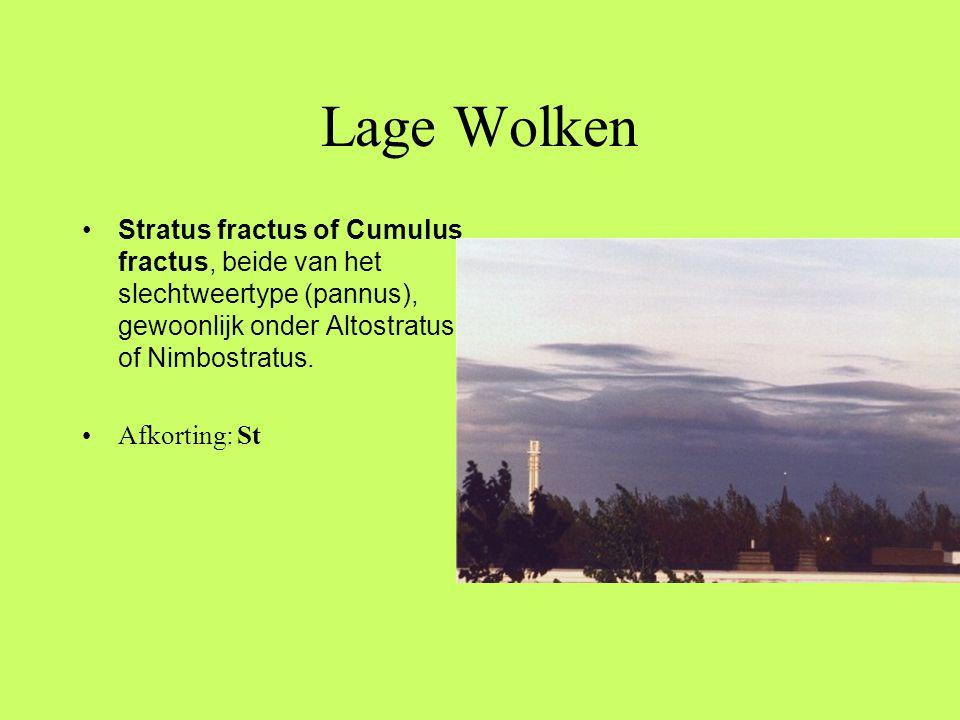 Lage Wolken Stratus fractus of Cumulus fractus, beide van het slechtweertype (pannus), gewoonlijk onder Altostratus of Nimbostratus.
