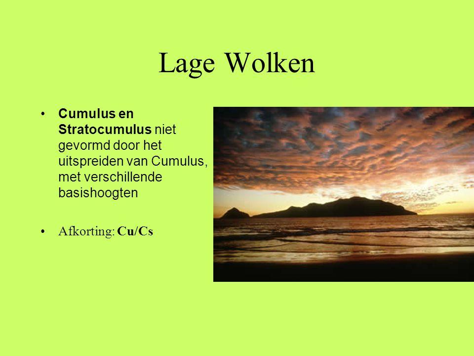 Lage Wolken Cumulus en Stratocumulus niet gevormd door het uitspreiden van Cumulus, met verschillende basishoogten.