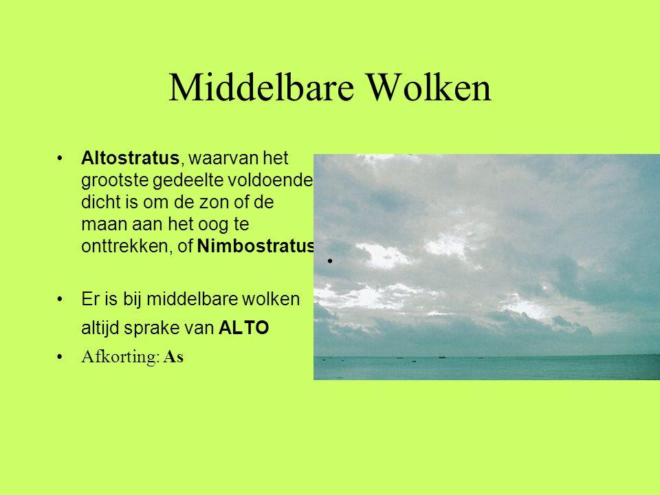 Middelbare Wolken Altostratus, waarvan het grootste gedeelte voldoende dicht is om de zon of de maan aan het oog te onttrekken, of Nimbostratus.
