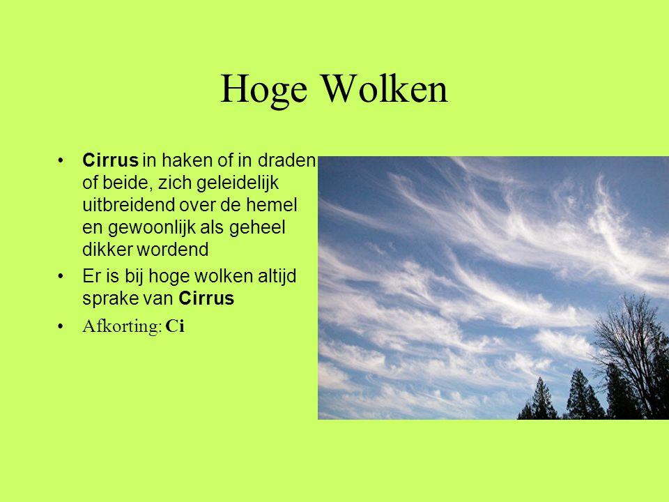 Hoge Wolken Cirrus in haken of in draden, of beide, zich geleidelijk uitbreidend over de hemel en gewoonlijk als geheel dikker wordend.