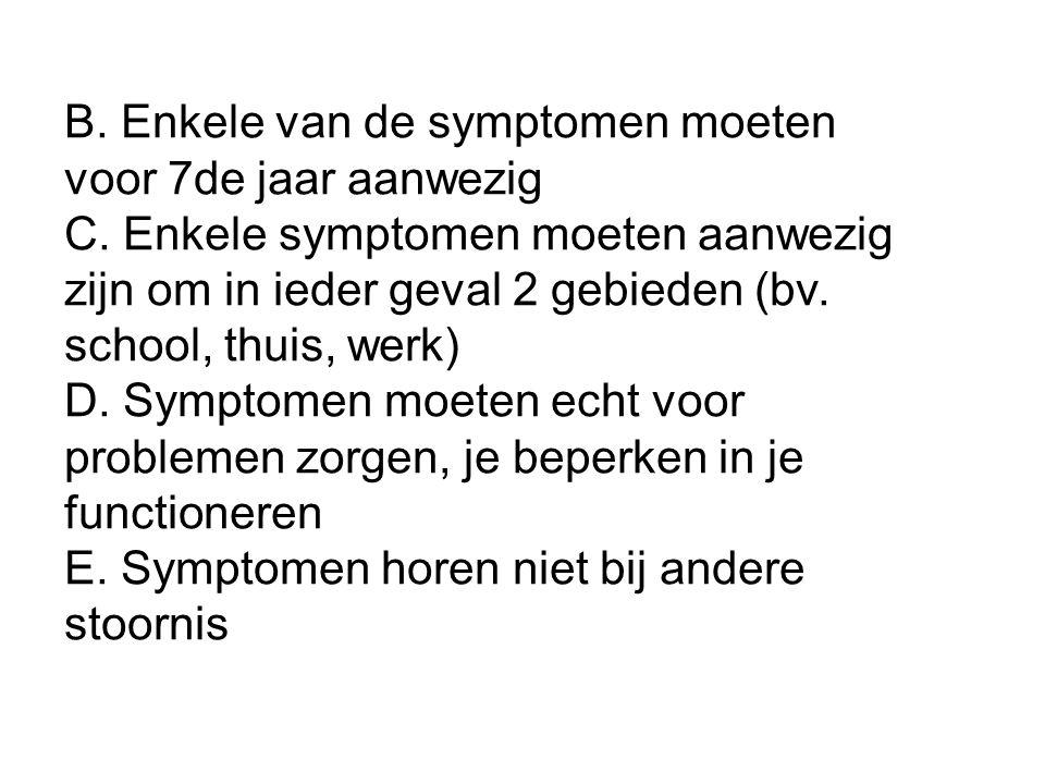 B. Enkele van de symptomen moeten voor 7de jaar aanwezig