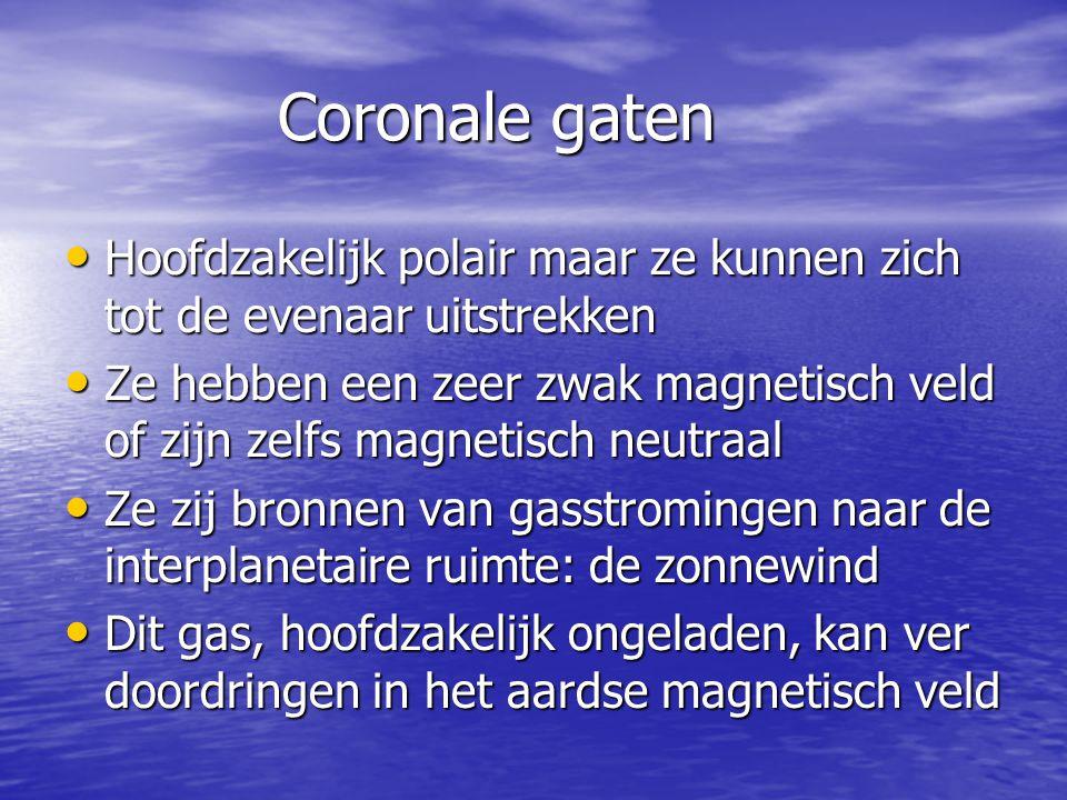 Coronale gaten Hoofdzakelijk polair maar ze kunnen zich tot de evenaar uitstrekken.