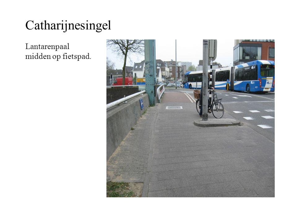 Catharijnesingel Lantarenpaal midden op fietspad.