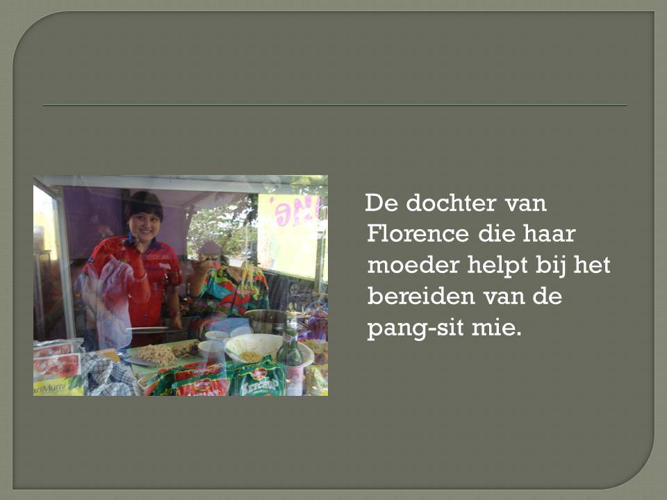De dochter van Florence die haar moeder helpt bij het bereiden van de pang-sit mie.