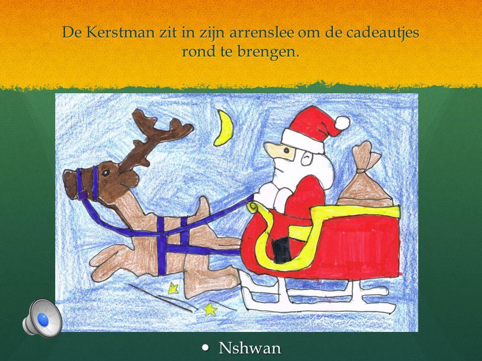 De Kerstman zit in zijn arrenslee om de cadeautjes rond te brengen.
