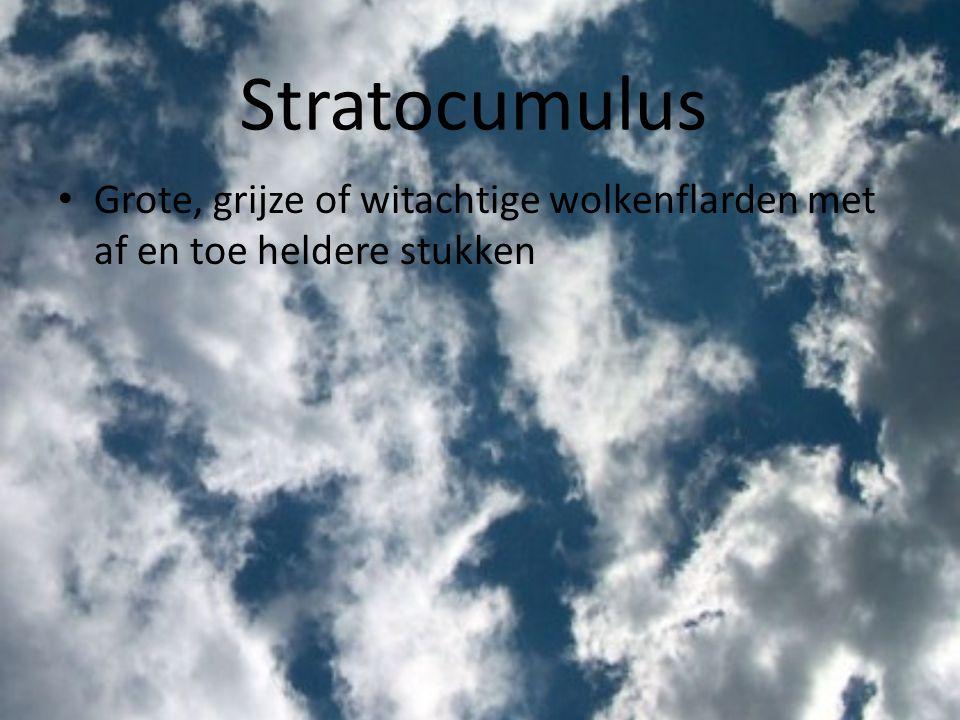 Stratocumulus Grote, grijze of witachtige wolkenflarden met af en toe heldere stukken