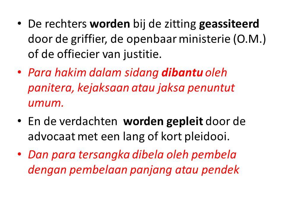De rechters worden bij de zitting geassiteerd door de griffier, de openbaar ministerie (O.M.) of de offiecier van justitie.