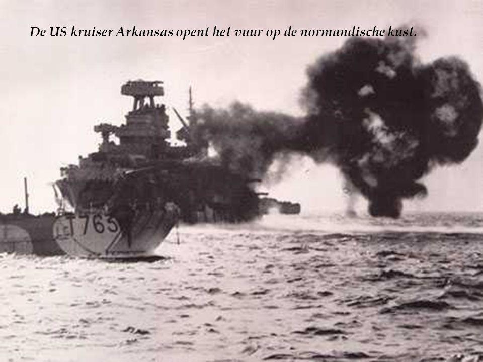 De US kruiser Arkansas opent het vuur op de normandische kust.