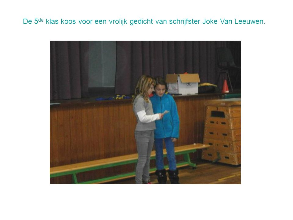 De 5de klas koos voor een vrolijk gedicht van schrijfster Joke Van Leeuwen.