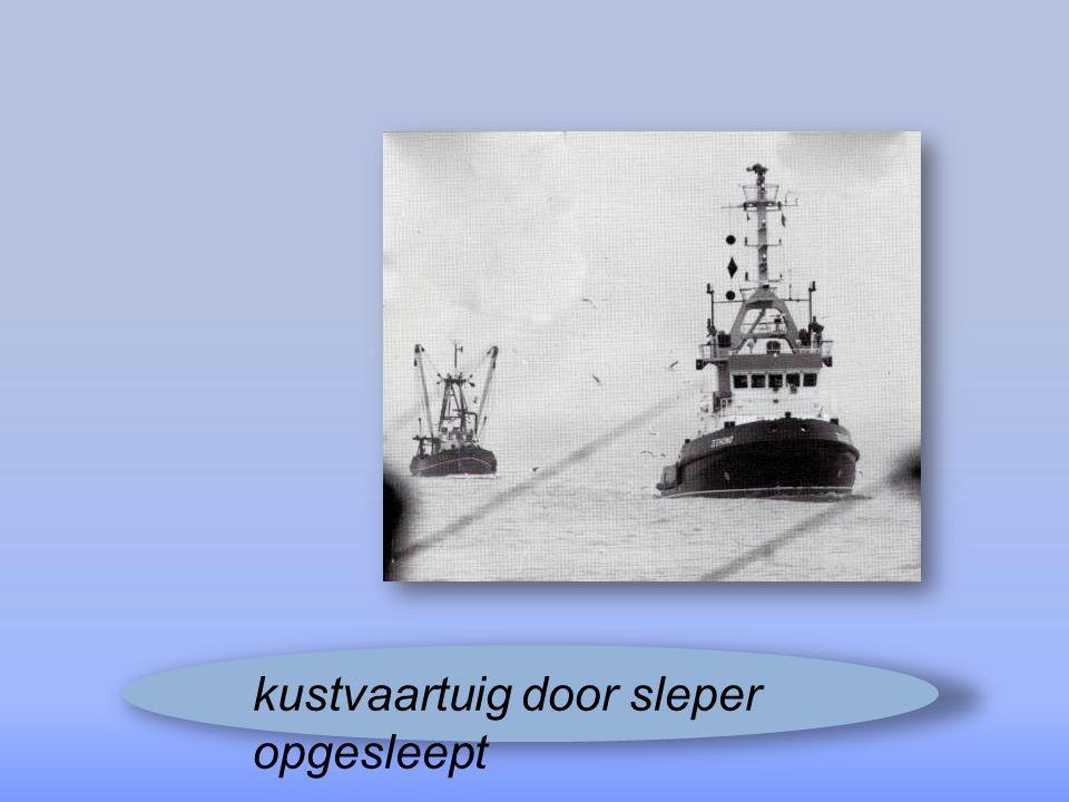 kustvaartuig door sleper opgesleept