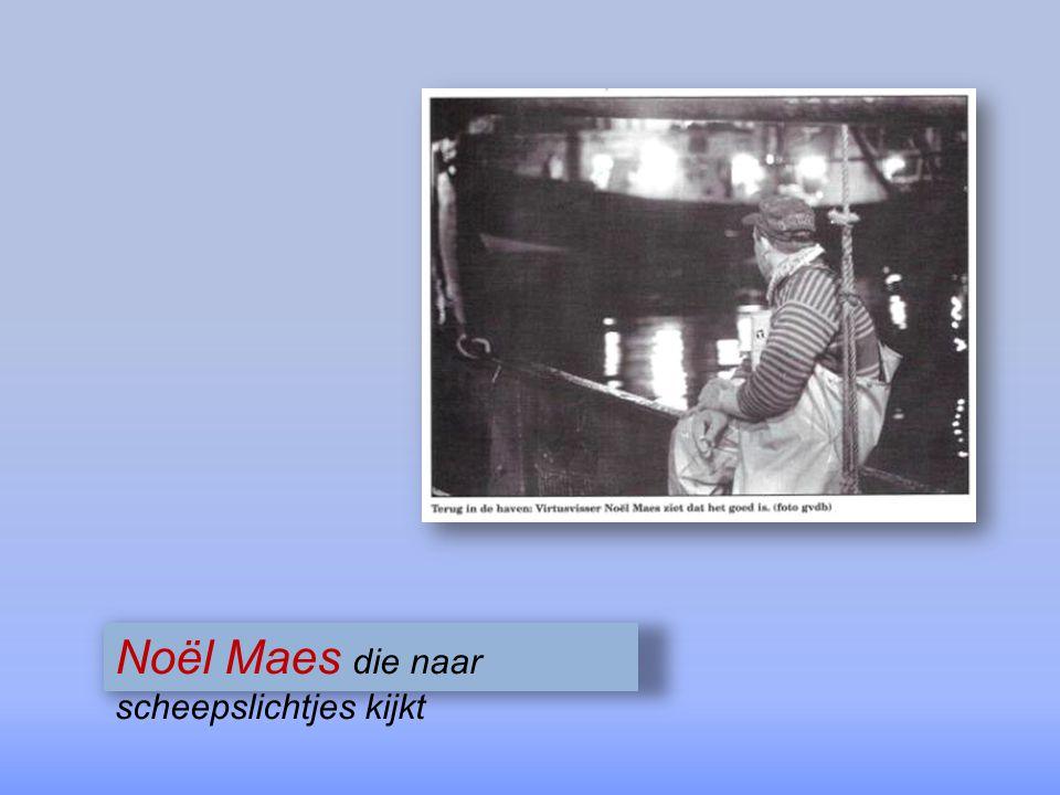 Noël Maes die naar scheepslichtjes kijkt