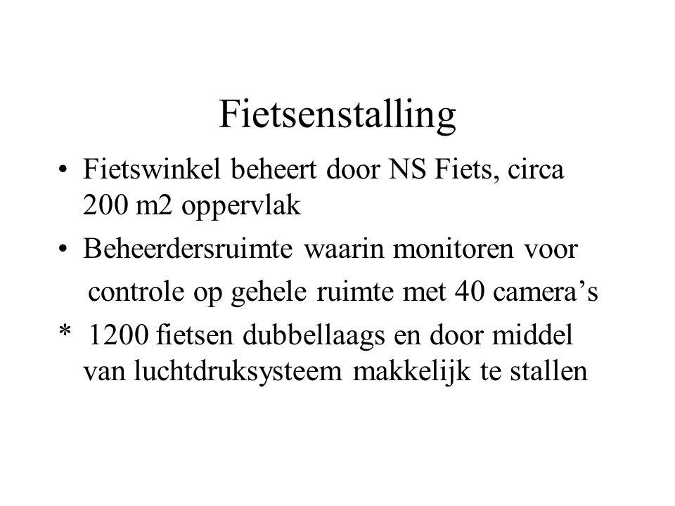 Fietsenstalling Fietswinkel beheert door NS Fiets, circa 200 m2 oppervlak. Beheerdersruimte waarin monitoren voor.