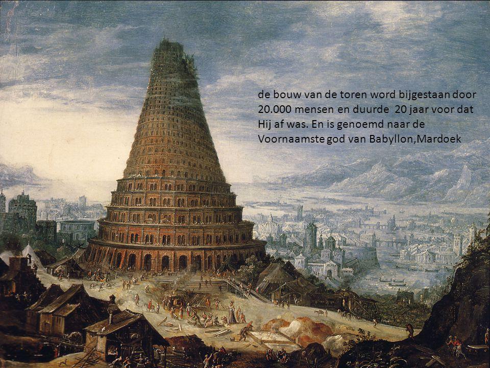 de bouw van de toren word bijgestaan door