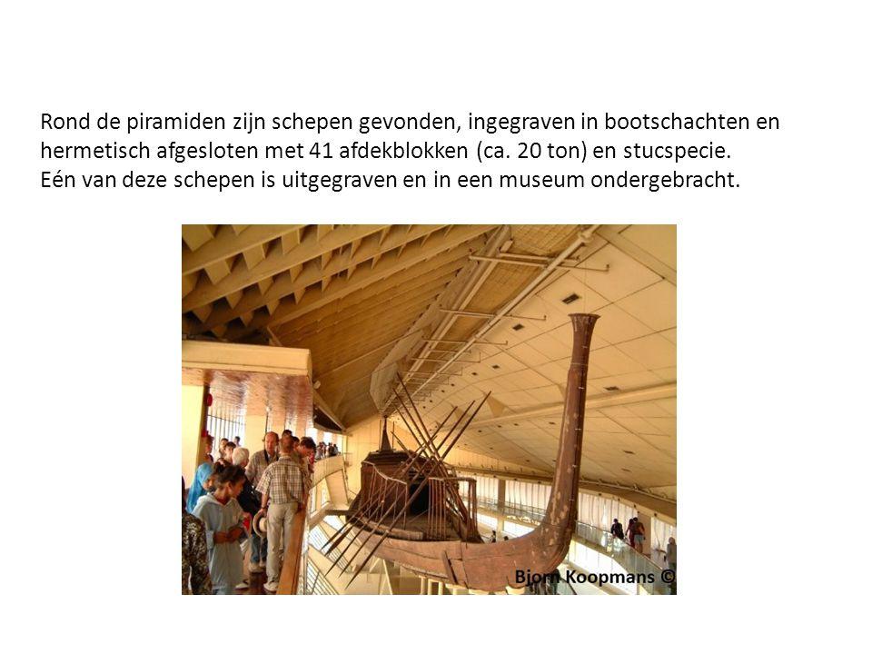 Rond de piramiden zijn schepen gevonden, ingegraven in bootschachten en hermetisch afgesloten met 41 afdekblokken (ca. 20 ton) en stucspecie.
