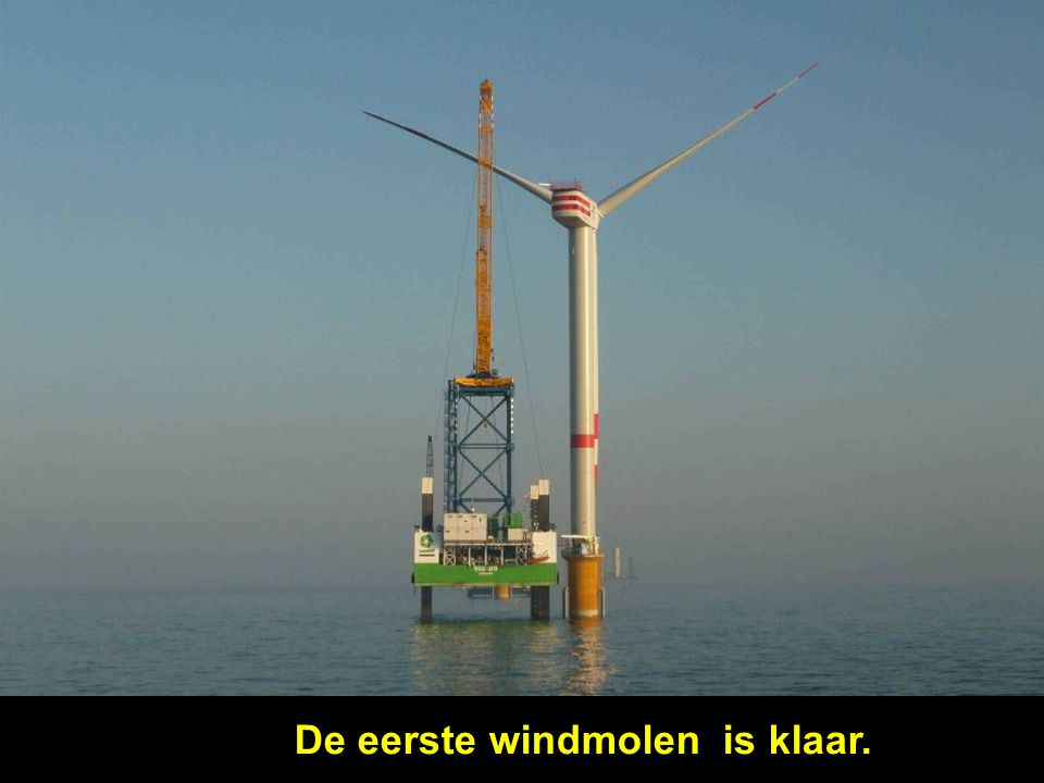 De eerste windmolen is klaar.