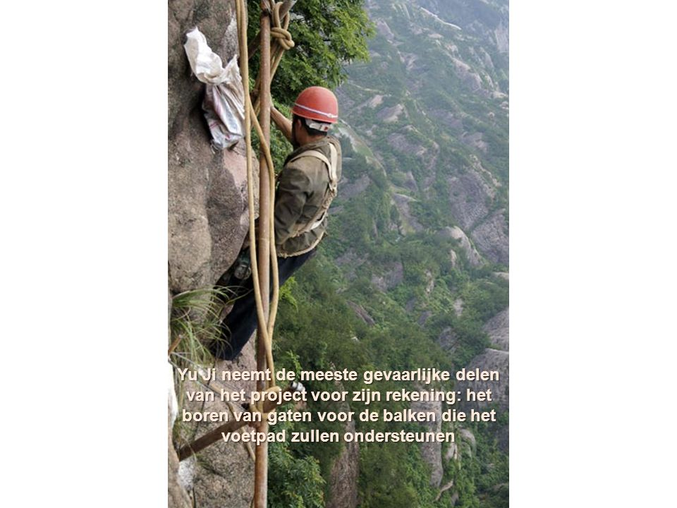 Yu Ji neemt de meeste gevaarlijke delen van het project voor zijn rekening: het boren van gaten voor de balken die het voetpad zullen ondersteunen