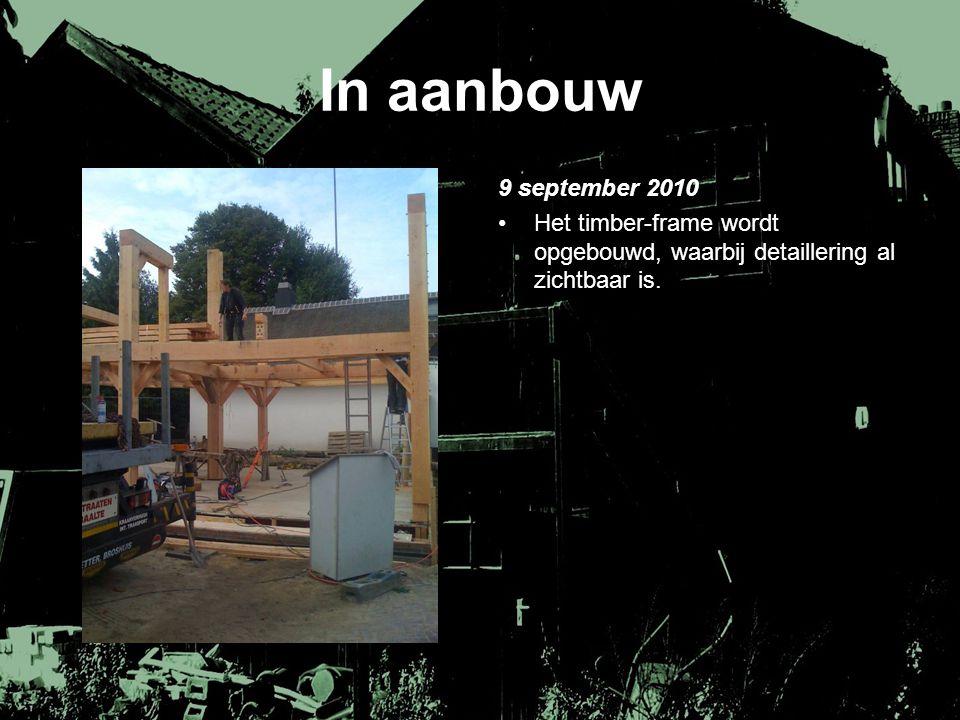 In aanbouw 9 september 2010. Het timber-frame wordt opgebouwd, waarbij detaillering al zichtbaar is.