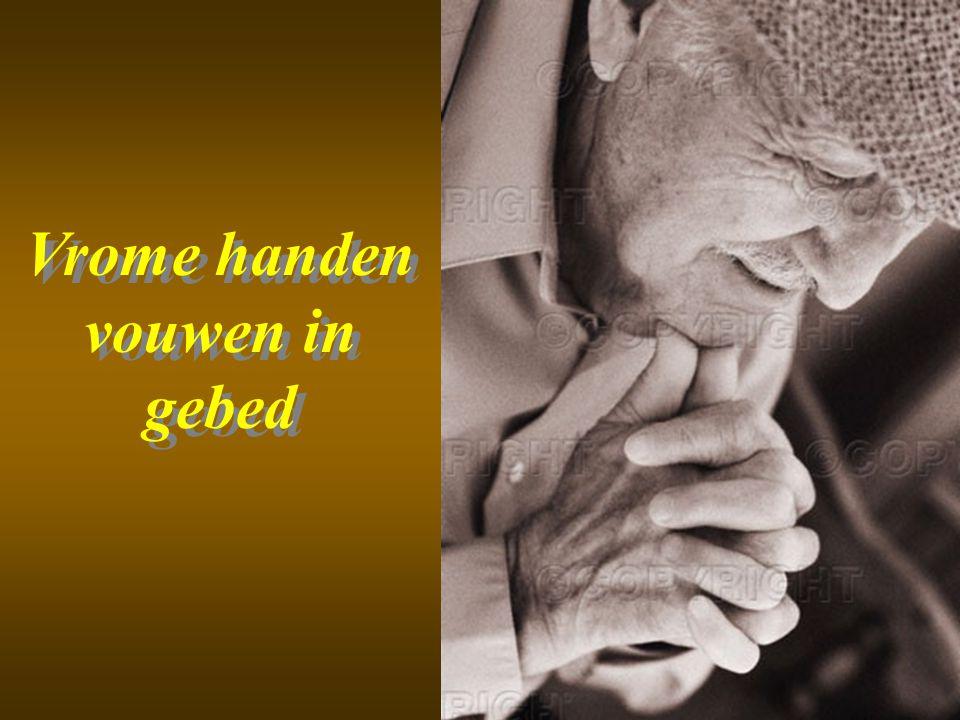 Vrome handen vouwen in gebed