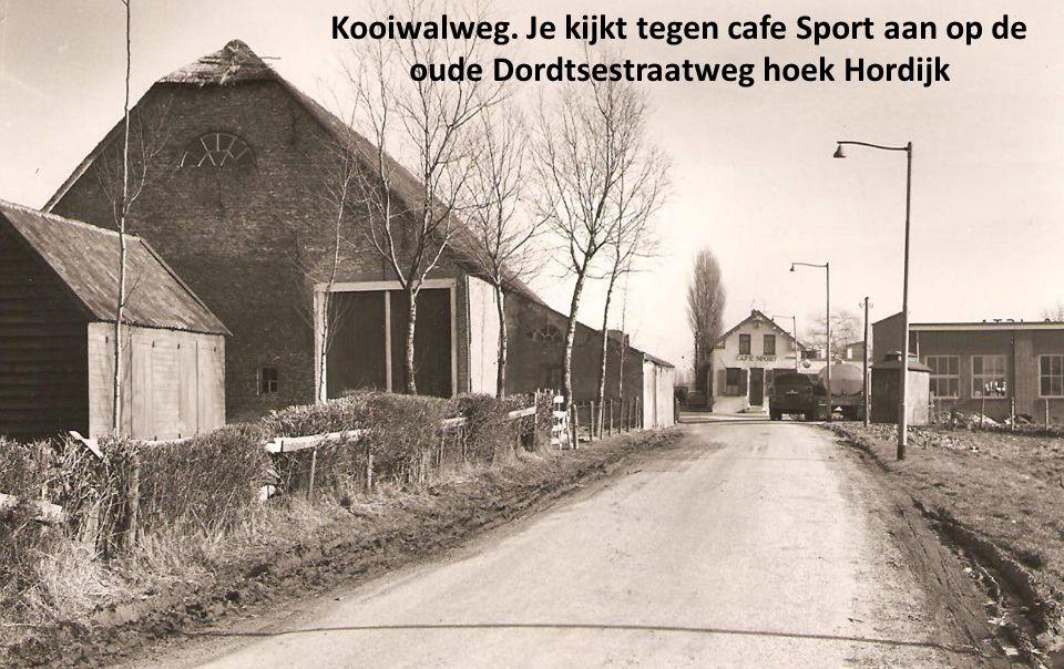Kooiwalweg. Je kijkt tegen cafe Sport aan op de oude Dordtsestraatweg hoek Hordijk