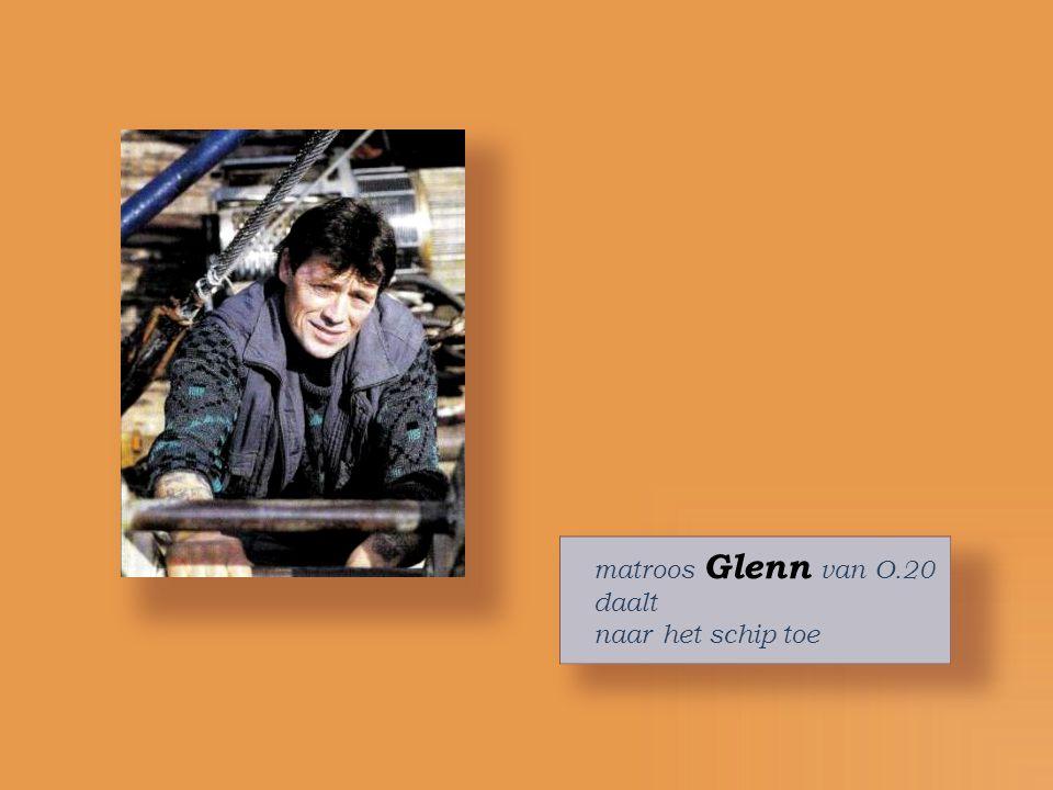 matroos Glenn van O.20 daalt naar het schip toe