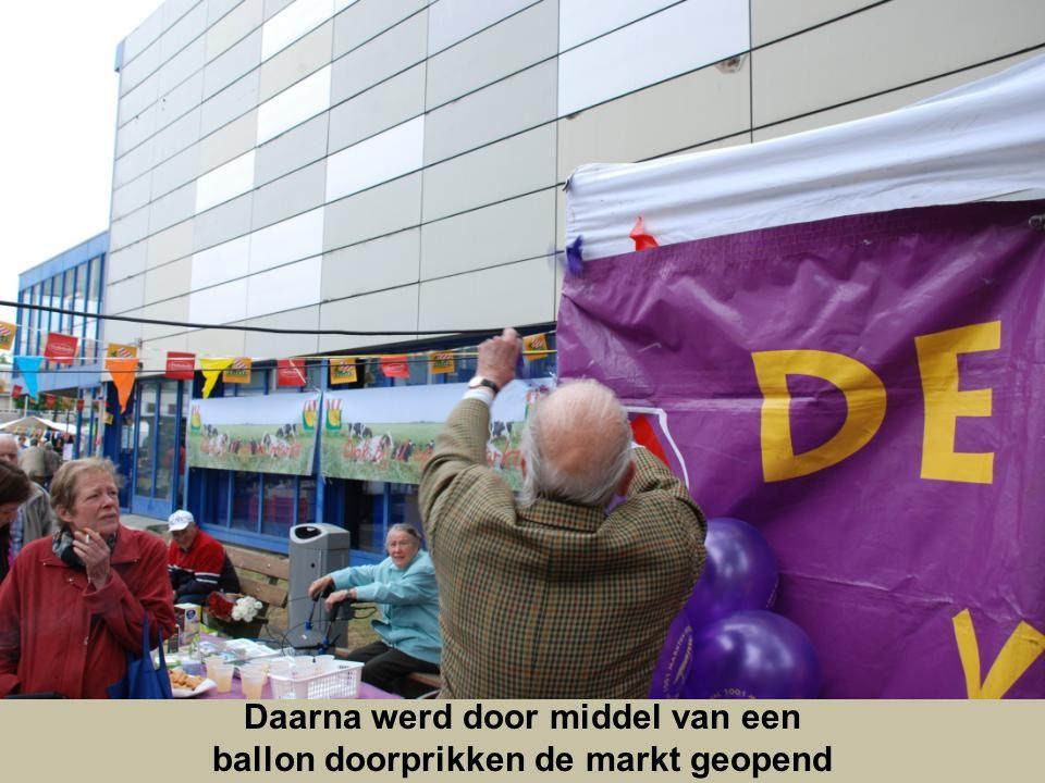 Daarna werd door middel van een ballon doorprikken de markt geopend