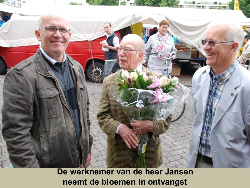 De werknemer van de heer Jansen neemt de bloemen in ontvangst
