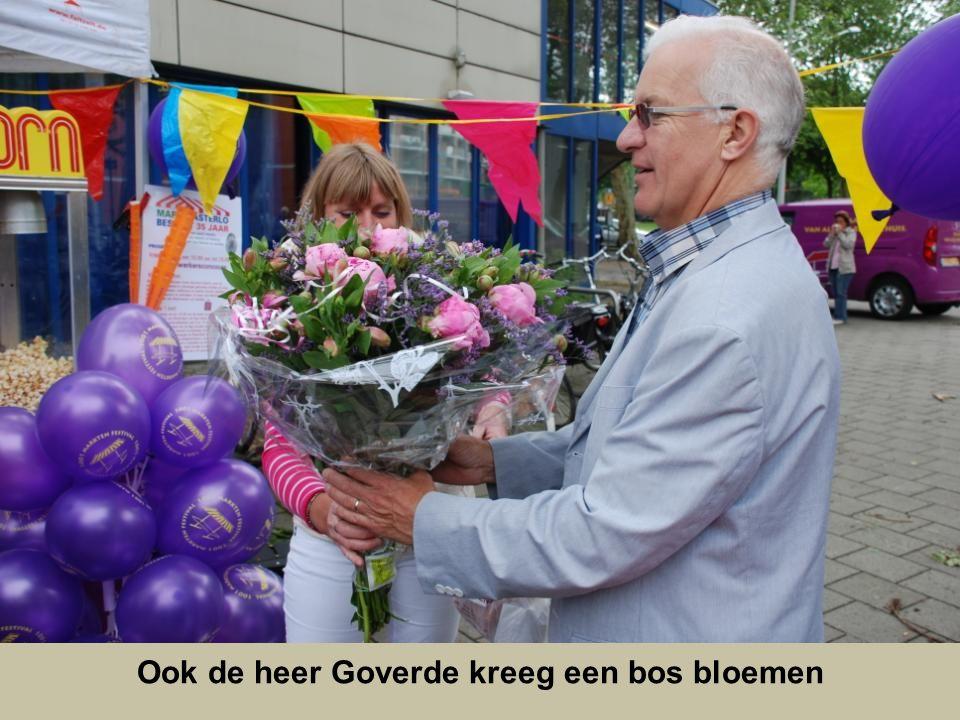 Ook de heer Goverde kreeg een bos bloemen