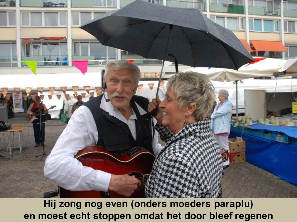 Hij zong nog even (onders moeders paraplu)