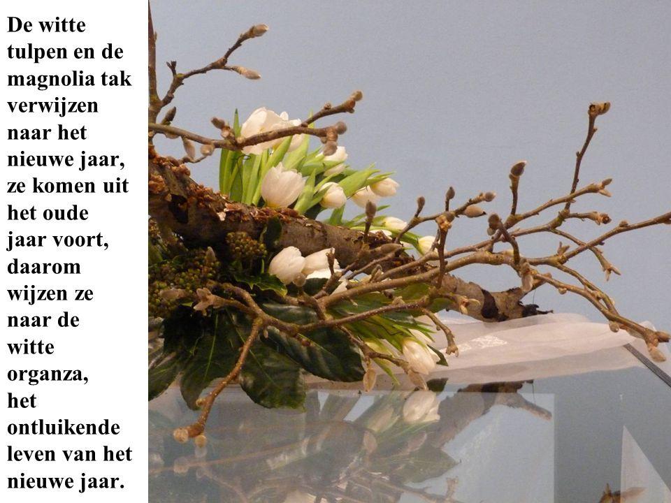 De witte tulpen en de magnolia tak verwijzen naar het nieuwe jaar, ze komen uit het oude jaar voort, daarom wijzen ze naar de witte organza, het ontluikende leven van het nieuwe jaar.