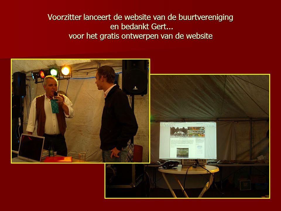 Voorzitter lanceert de website van de buurtvereniging en bedankt Gert