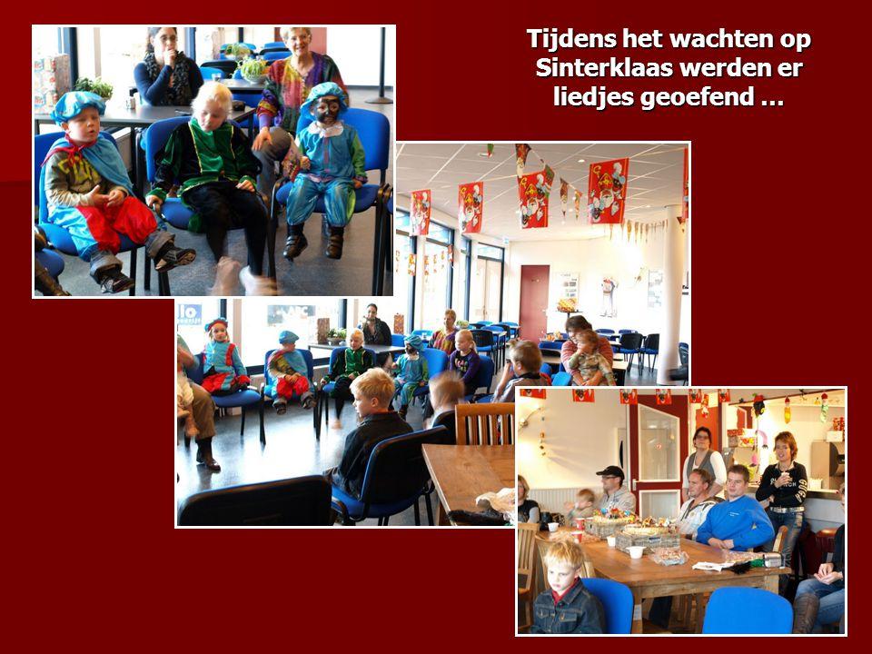 Tijdens het wachten op Sinterklaas werden er liedjes geoefend …
