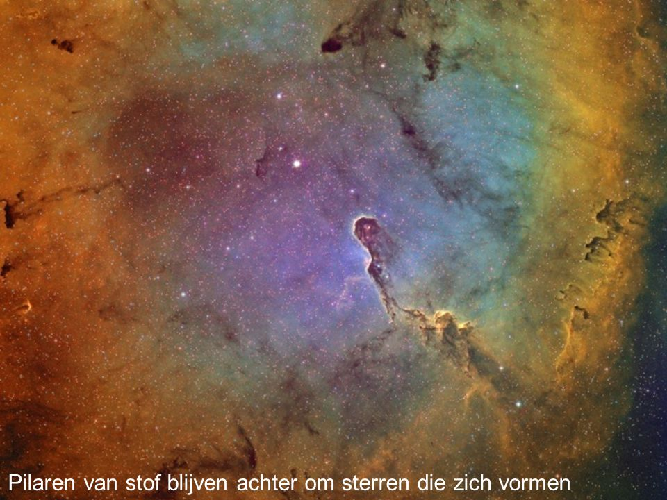 Pilaren van stof blijven achter om sterren die zich vormen