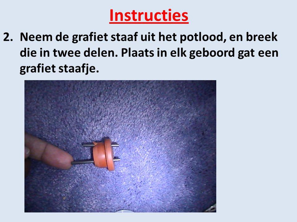 Instructies Neem de grafiet staaf uit het potlood, en breek die in twee delen.