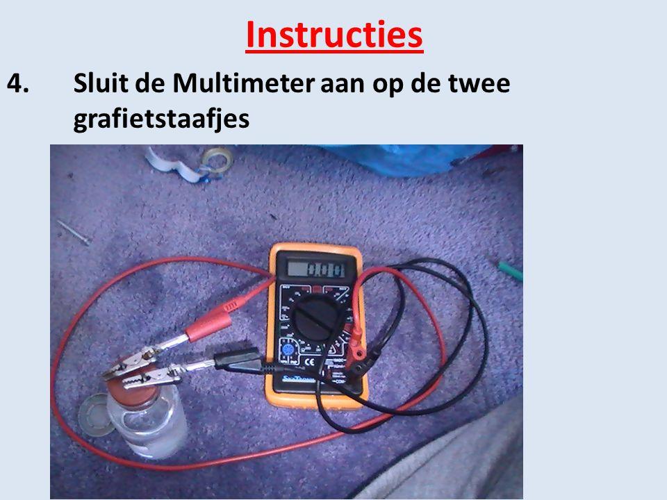 Instructies 4. Sluit de Multimeter aan op de twee grafietstaafjes