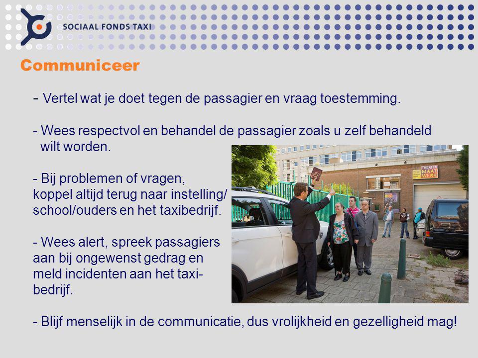Vertel wat je doet tegen de passagier en vraag toestemming.