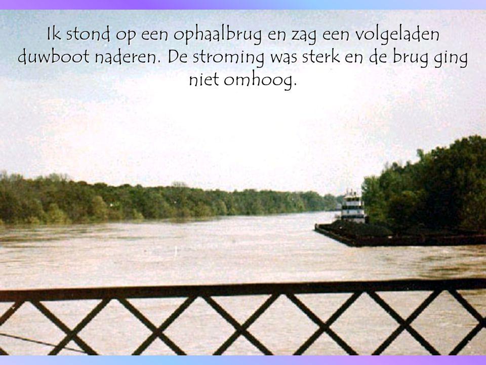 Ik stond op een ophaalbrug en zag een volgeladen duwboot naderen