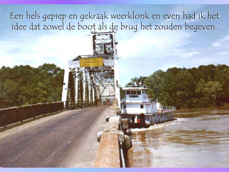 Een hels gepiep en gekraak weerklonk en even had ik het idee dat zowel de boot als de brug het zouden begeven.