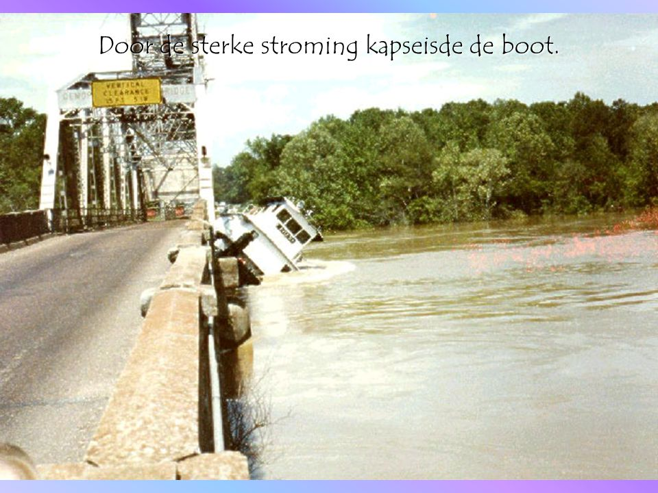 Door de sterke stroming kapseisde de boot.