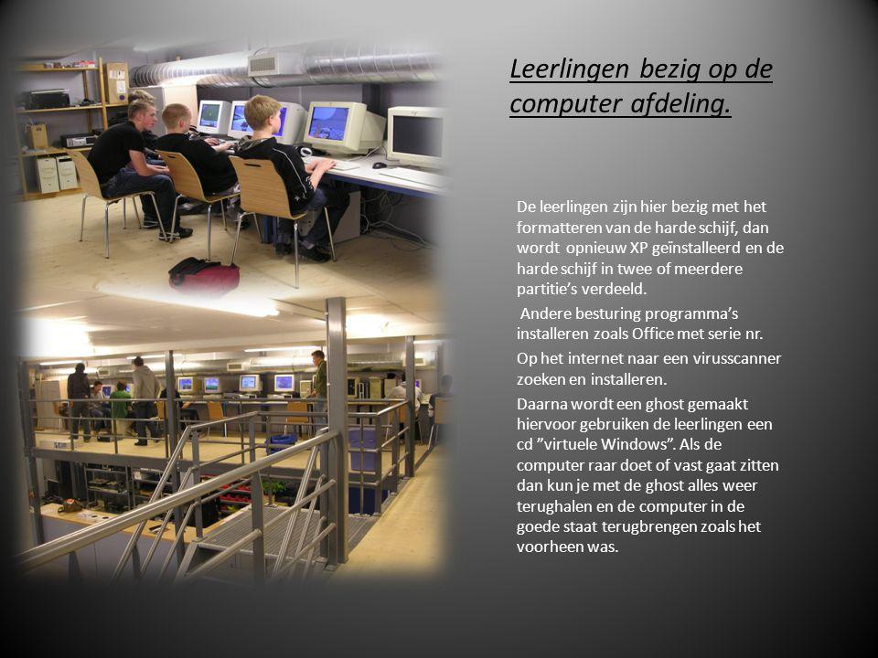 Leerlingen bezig op de computer afdeling.