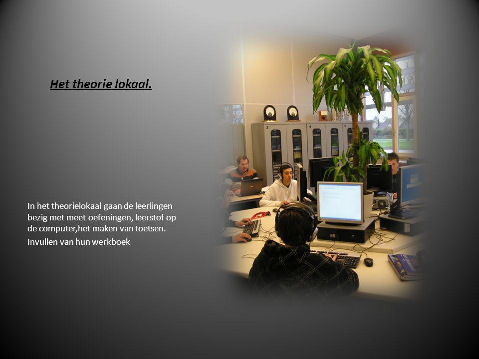 Het theorie lokaal. In het theorielokaal gaan de leerlingen bezig met meet oefeningen, leerstof op de computer,het maken van toetsen.
