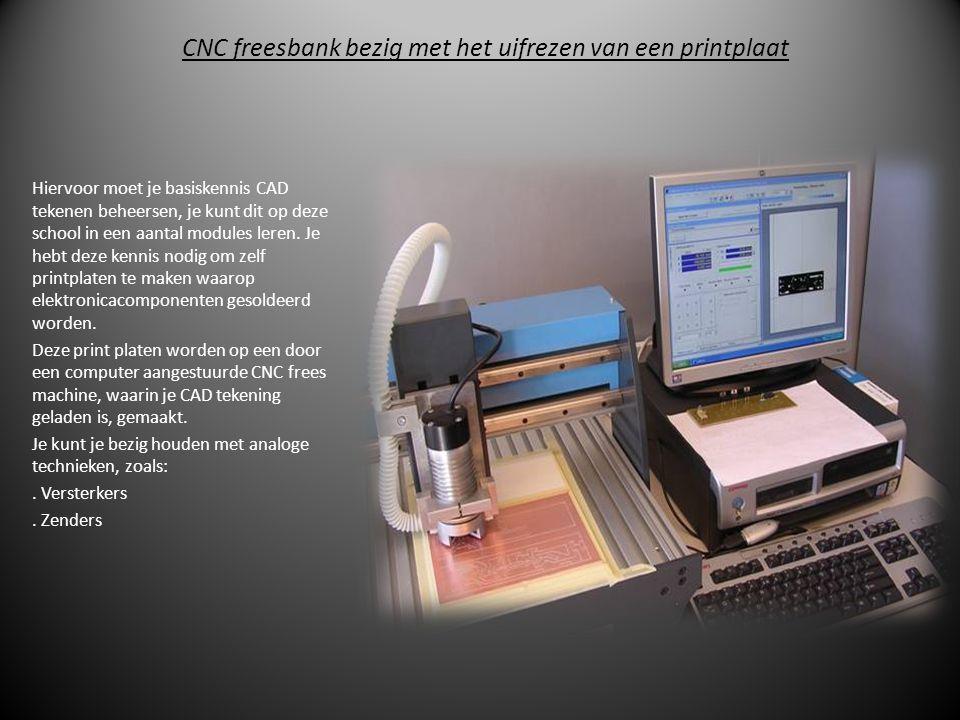 CNC freesbank bezig met het uifrezen van een printplaat
