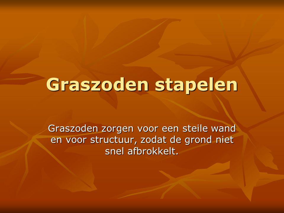 Graszoden stapelen Graszoden zorgen voor een steile wand en voor structuur, zodat de grond niet snel afbrokkelt.