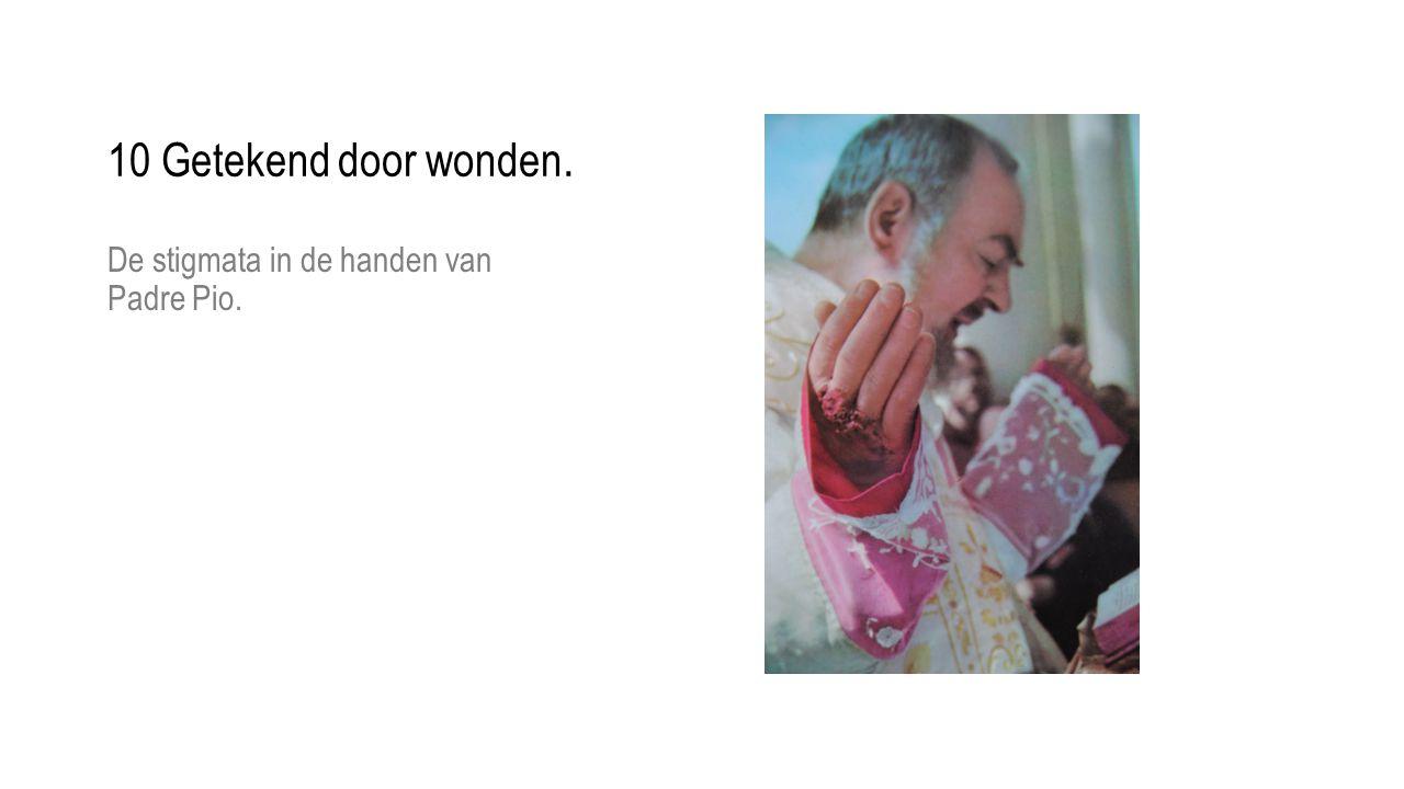 10 Getekend door wonden. De stigmata in de handen van Padre Pio.