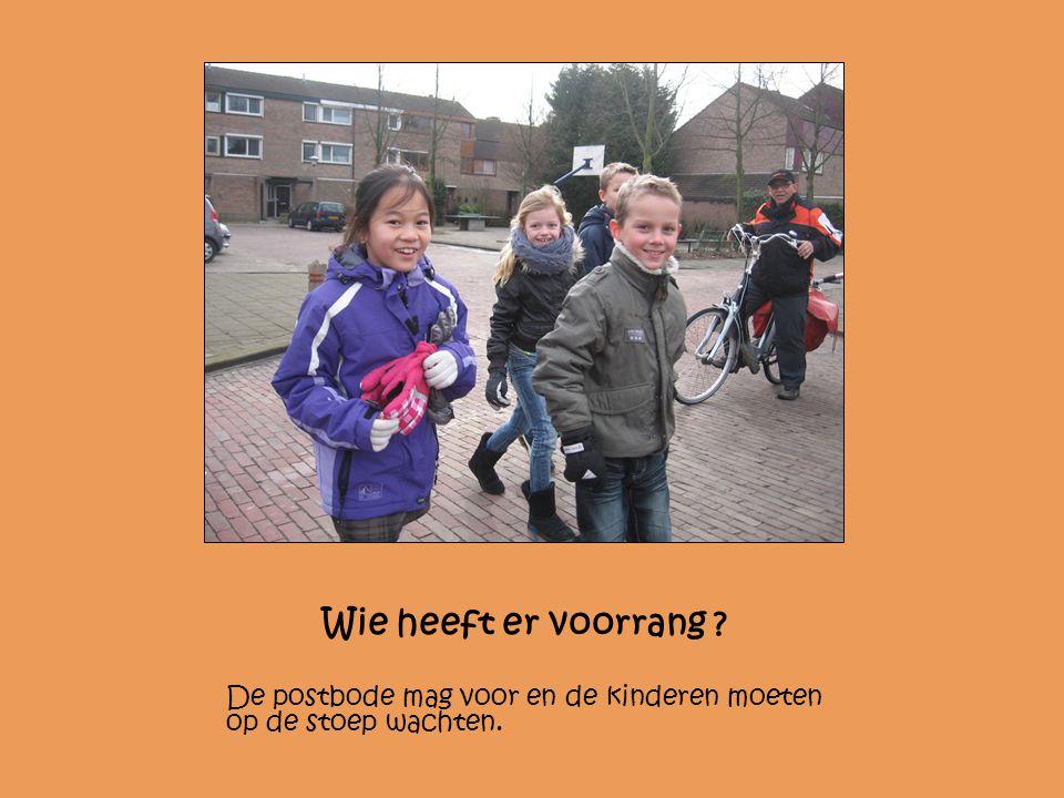 Wie heeft er voorrang De postbode mag voor en de kinderen moeten op de stoep wachten.