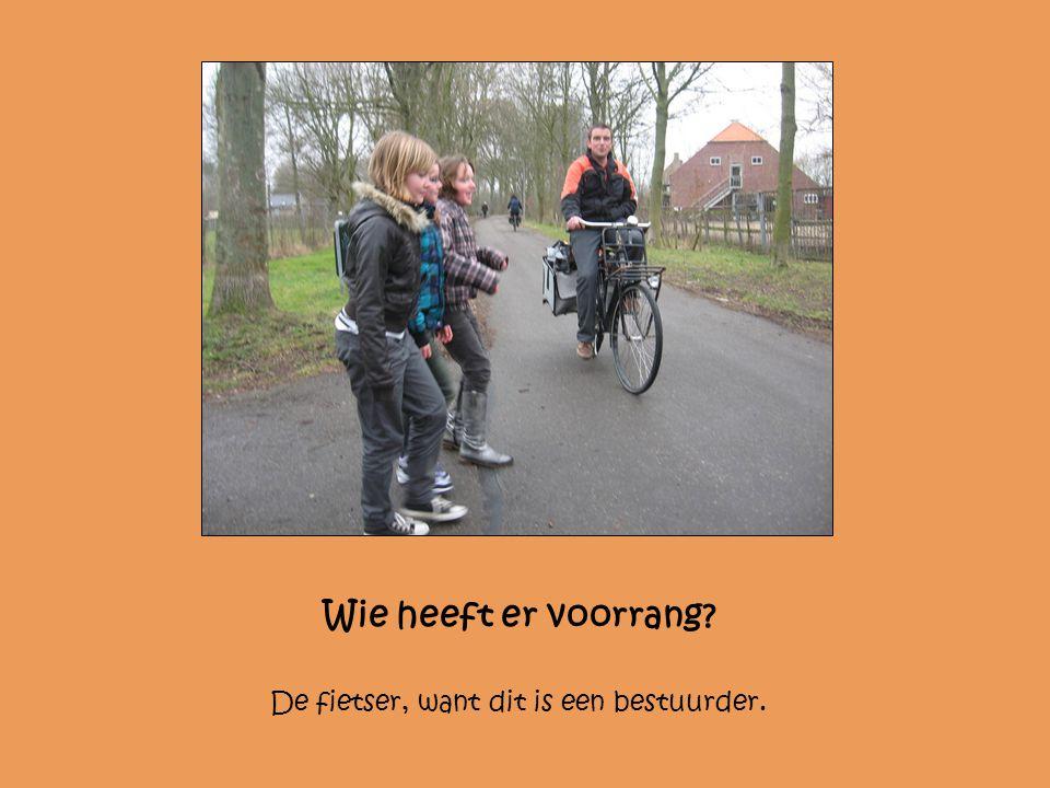 Wie heeft er voorrang De fietser, want dit is een bestuurder.